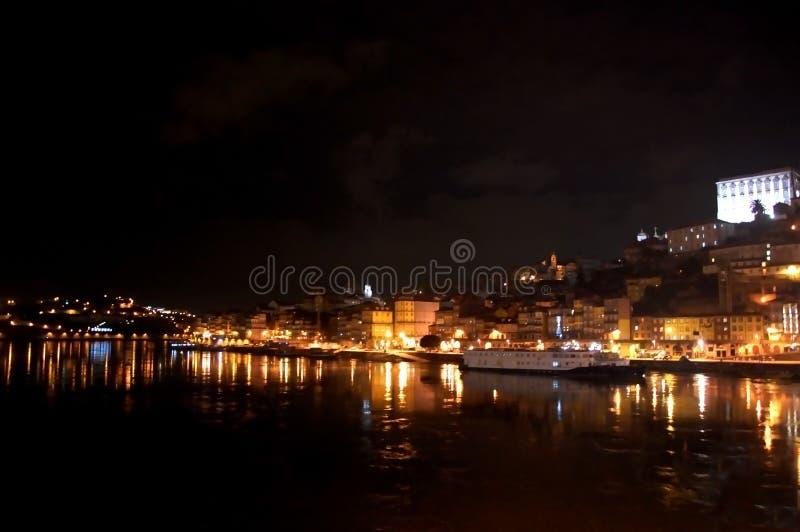 Vista panoramica di notte del centro urbano di Oporto e del fiume del Duero con le riflessioni delle luci nell'acqua immagine stock