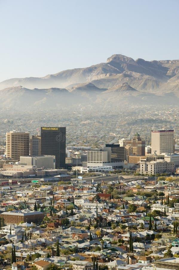 Vista panoramica di orizzonte e di El Paso del centro il Texas che guarda verso Juarez, Messico fotografia stock
