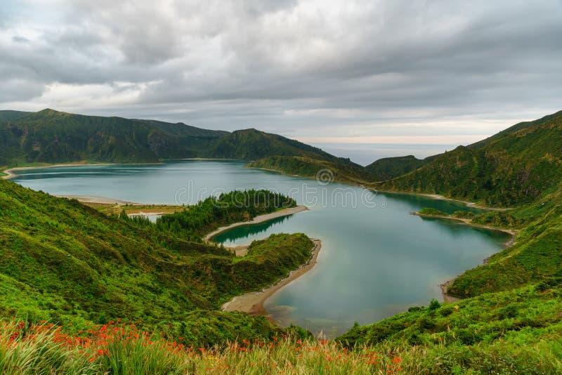 Vista panoramica di paesaggio naturale in Azzorre, isola meravigliosa del Portogallo Belle lagune in crateri vulcanici e nella f  fotografia stock