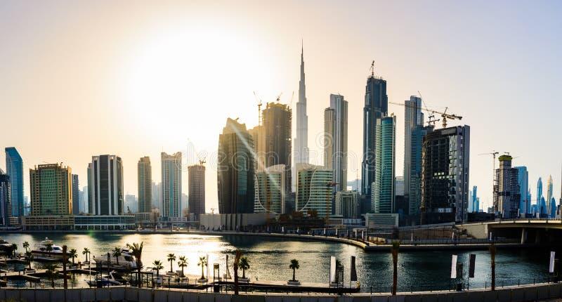 Vista panoramica di paesaggio urbano del centro del Dubai al tramonto immagine stock libera da diritti