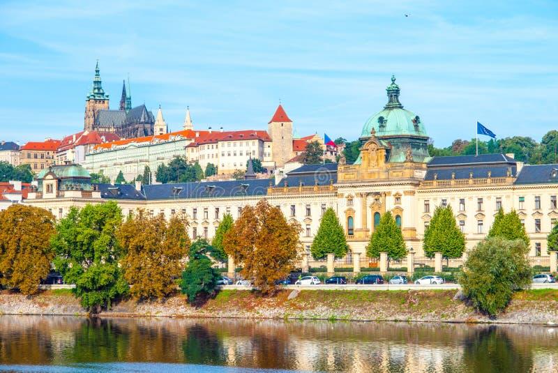 Vista panoramica di Praga del castello di Praga e accademia di Straka - il sedile del governo della repubblica Ceca fotografie stock libere da diritti