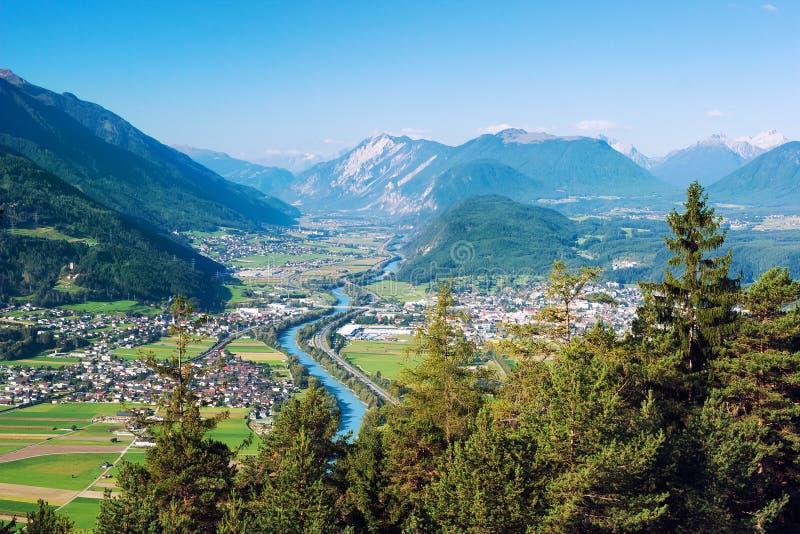 Vista panoramica di Rietz, di Telfs, di Pfaffenhofen e della locanda del fiume nel Tirolo, Austria fotografie stock