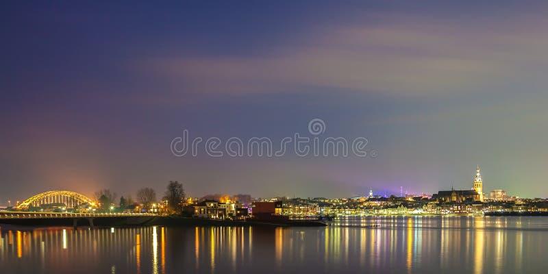 Vista panoramica di sera della città olandese di Nimega fotografia stock libera da diritti