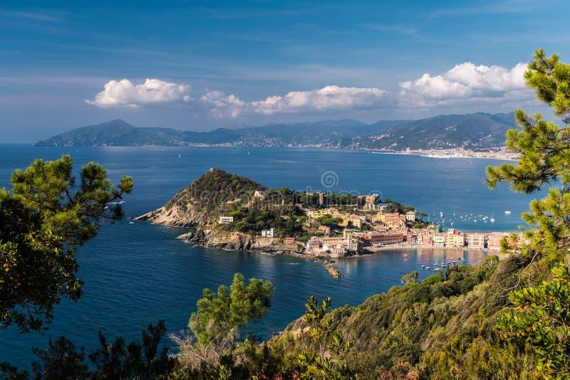 Vista panoramica di Sestri Levante e del suo promontorio; linea costiera della Liguria nei precedenti fotografie stock libere da diritti