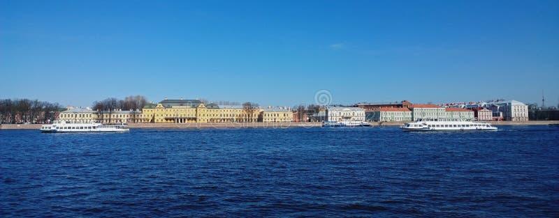 Vista panoramica di St Petersburg: Argine di Universitetskaya con il palazzo di Menshikov e tre barche sul fiume di Neva immagine stock libera da diritti