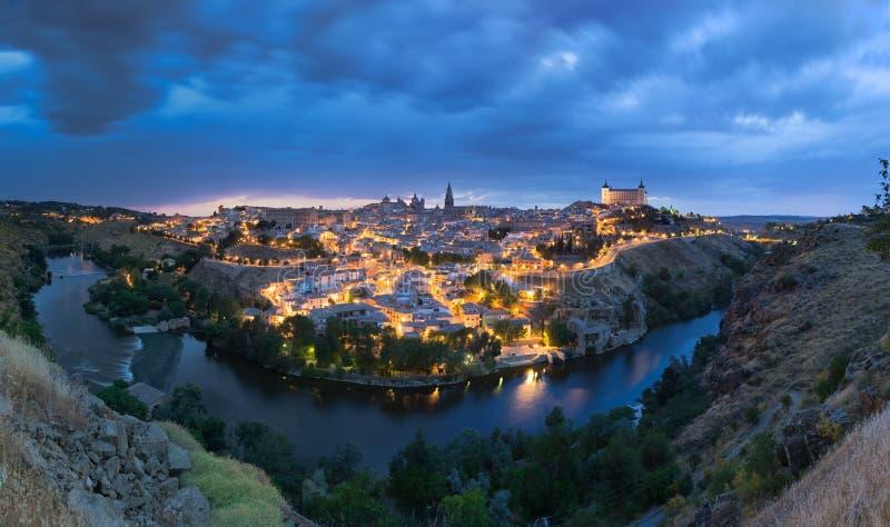Vista panoramica di Toledo dopo il tramonto, Spagna fotografia stock