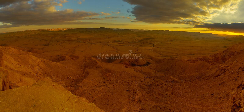 Vista panoramica di tramonto del cratere Ramon di Makhtesh fotografie stock libere da diritti