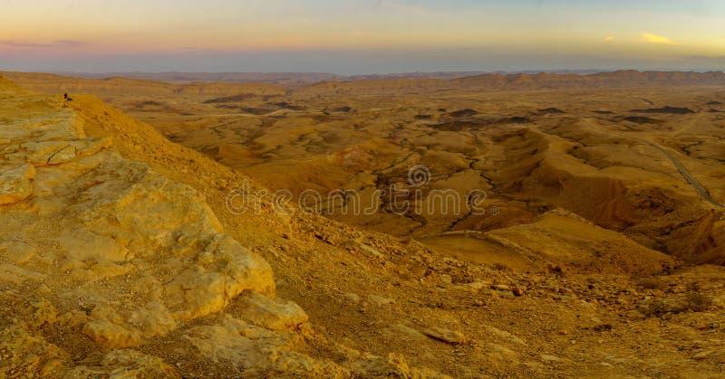 Vista panoramica di tramonto di HaMakhtesh HaGadol il grande cratere fotografia stock