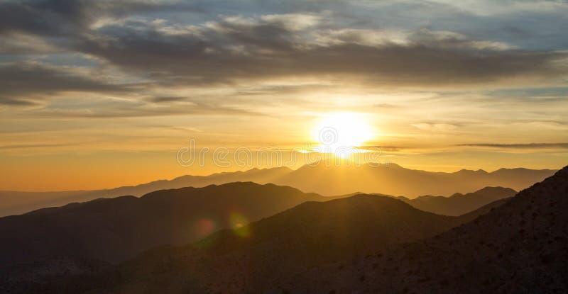 Vista panoramica di tramonto sopra il paesaggio della montagna del deserto di Josh fotografie stock libere da diritti