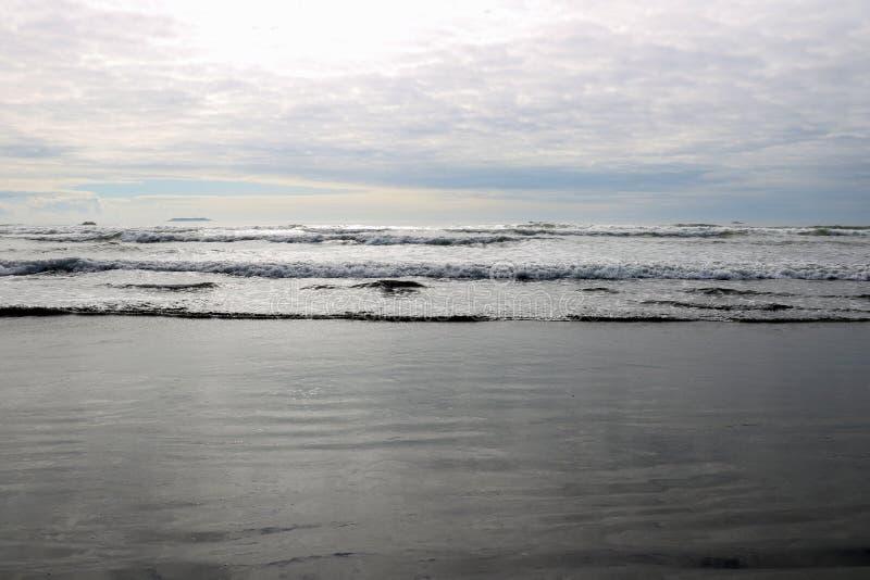 Vista panoramica di un mare calmo o di un oceano sull'orizzonte immagine stock