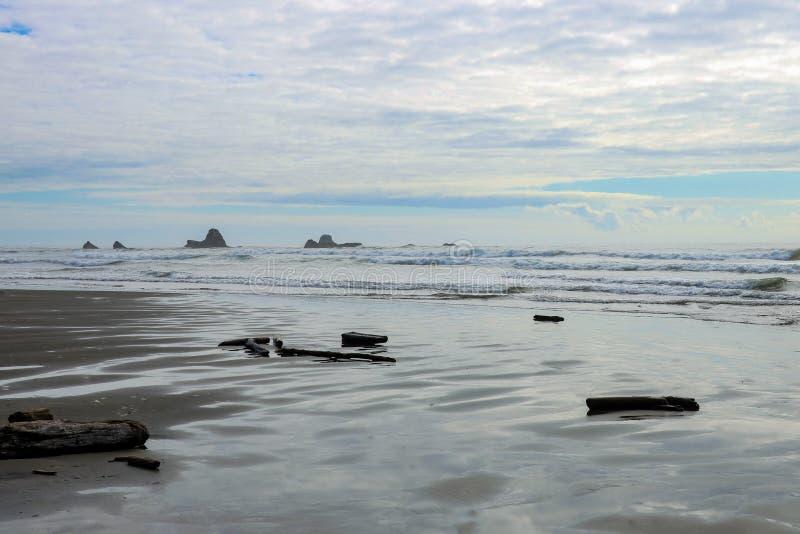 Vista panoramica di un mare calmo o di un oceano sull'orizzonte immagini stock libere da diritti