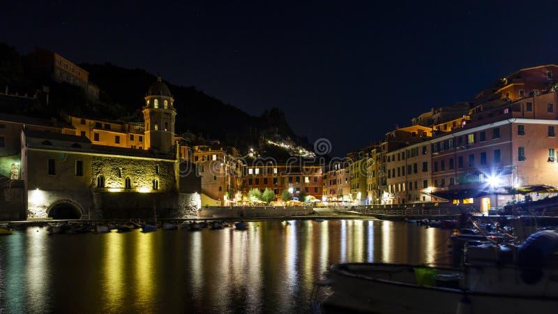 Vista panoramica di un villaggio in Cinque Terre alla notte immagine stock libera da diritti