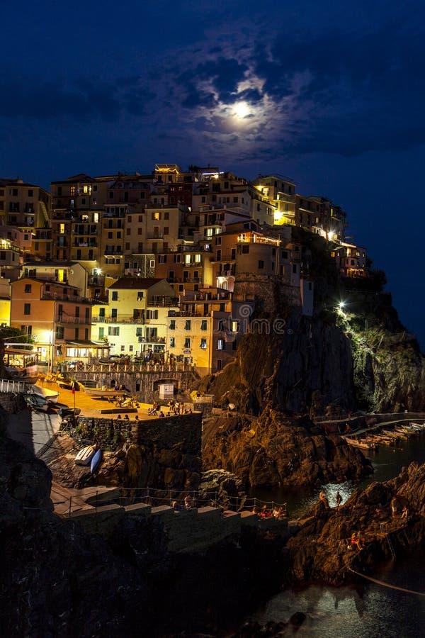 Vista panoramica di un villaggio in Cinque Terre alla notte fotografia stock