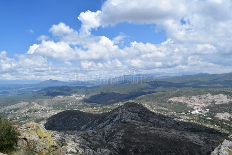Vista panoramica di una catena montuosa immagine stock