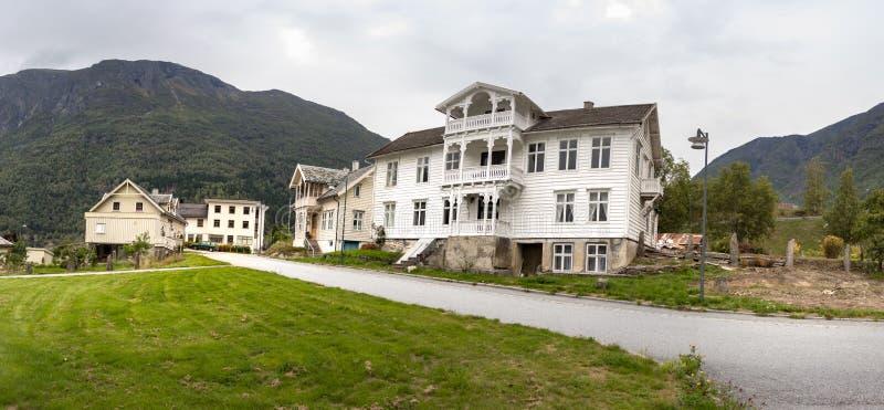 Vista panoramica di una costruzione tradizionale di legno al centro urbano di Skjolden, Havhellefjorden, Norvegia fotografia stock libera da diritti