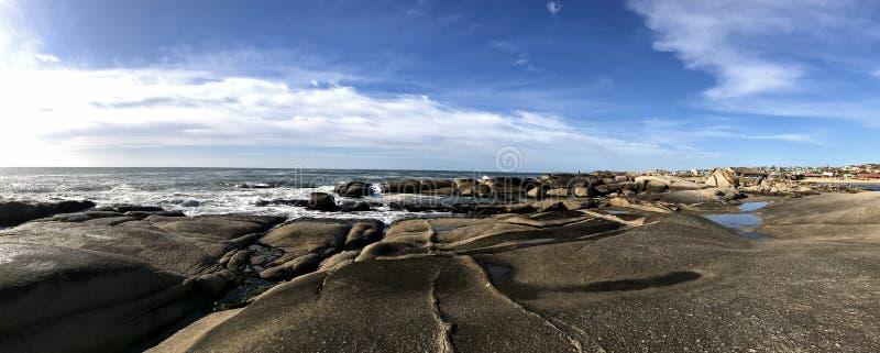 Vista panoramica di una spiaggia rocciosa in Punta del Diablo fotografia stock