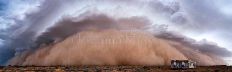 Vista panoramica di una tempesta di sabbia di Haboob immagini stock libere da diritti