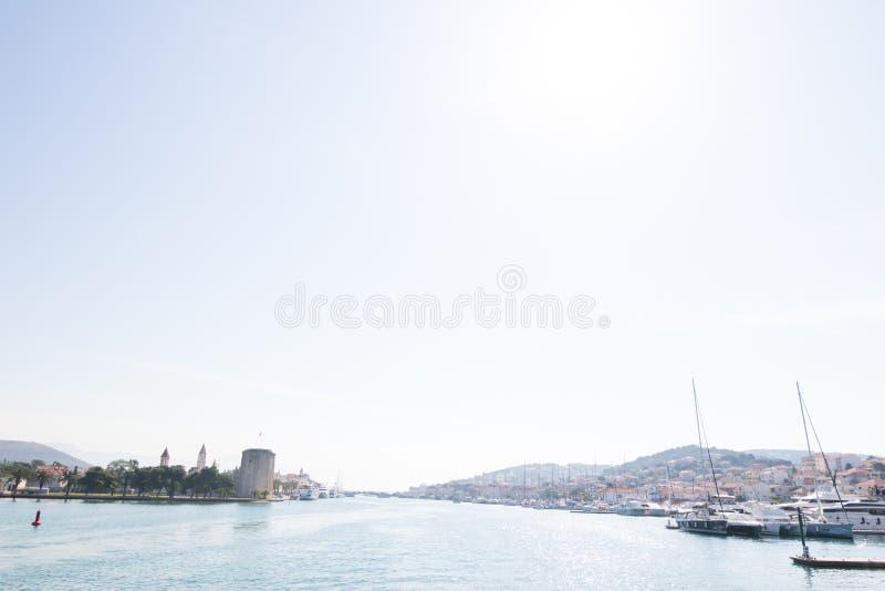 Vista panoramica di vecchia città Traù e dell'isola di Ciovo con il porto fotografia stock libera da diritti