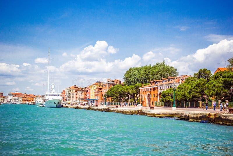 Vista panoramica di Venezia da Grand Canal all'argine della città con le navi attraccate, Venezia, Italia fotografie stock libere da diritti