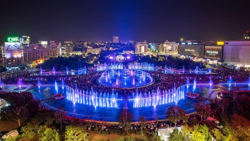 Vista panoramica 2018 fontana quadrata centrale di Unirii della città di Bucarest della nuova e orizzonte della città di notte fotografia stock libera da diritti