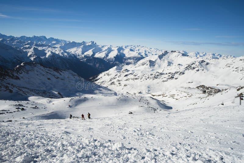 Vista panoramica giù la valle innevata nella catena montuosa alpina immagini stock libere da diritti