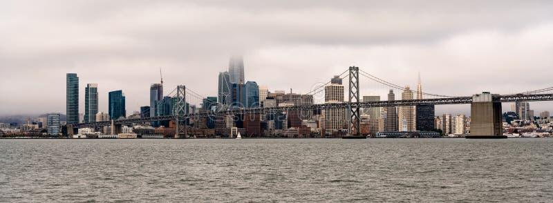 Vista panoramica lunga San Francisco Bay Bridge City Skyline fotografia stock