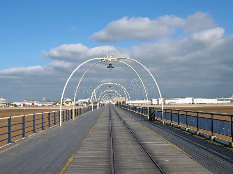 Vista panoramica lungo il pilastro nel southport Merseyside con la spiaggia a bassa marea un giorno di estate luminoso con il lun fotografia stock