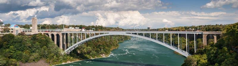 Vista panoramica molto grande sul ponte internazionale dell'arcobaleno di cascate del Niagara immagine stock libera da diritti