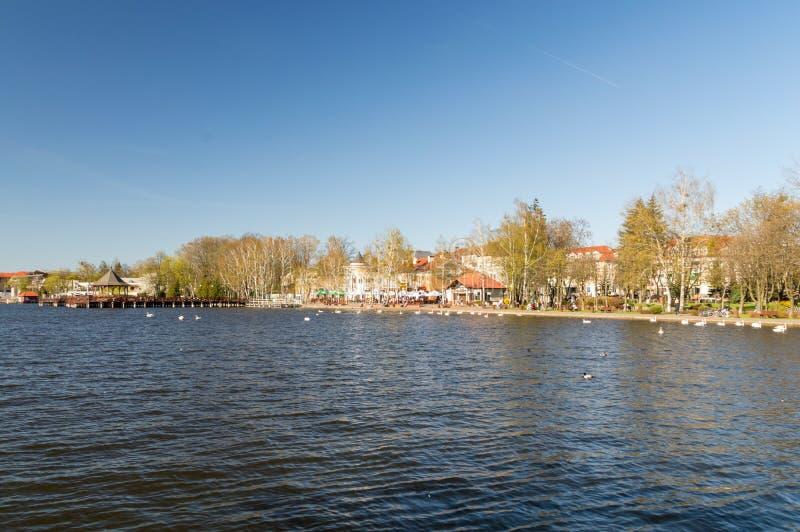 Vista panoramica per il lago Drweckie con il pilastro di legno in Ostroda, Polonia fotografie stock libere da diritti