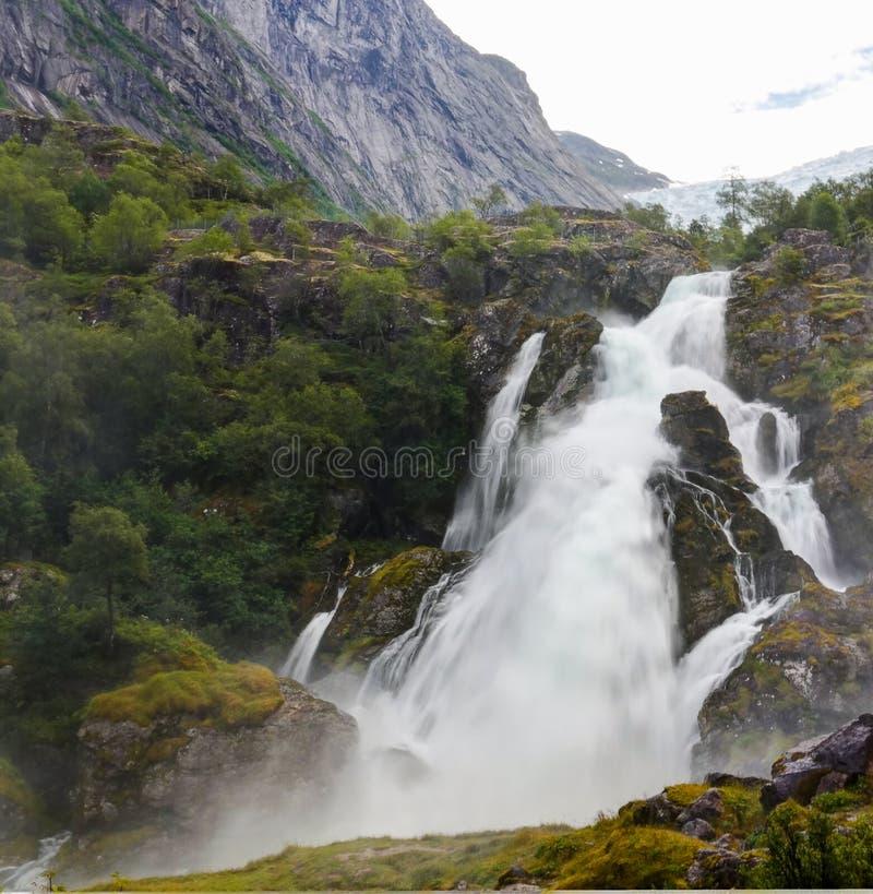 Vista panoramica per kleivafossen cascata al fiume di briksdalselva, ghiacciaio di Briksdalsbreen, Norvegia fotografia stock