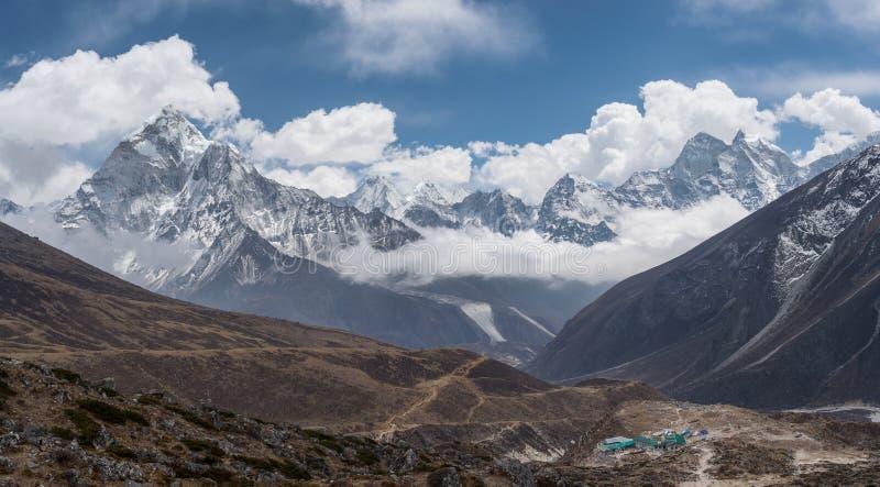 Vista panoramica picco di montagna di Kangtega e di Ama Dablam a partire da Thu fotografia stock libera da diritti