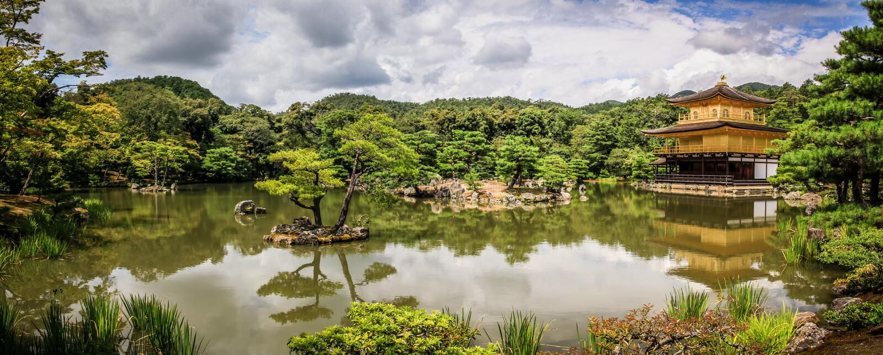 Vista panoramica pittoresca del tempio di Kinkaku-ji, letteralmente tempio del ` dorato del padiglione, Kyoto, Kansai, Giappone d fotografia stock libera da diritti