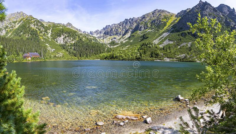 Vista panoramica pittoresca di Popradske Pleso, alte montagne di Tatras, Slovacchia Il pleso di Popradske è un lago della montagn fotografia stock