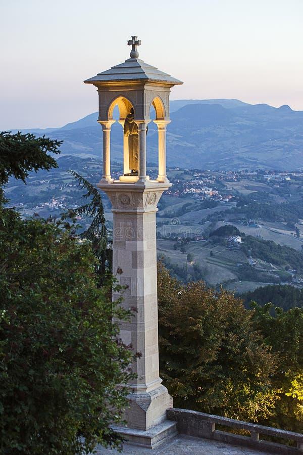 Vista panoramica a San Marino di estate verso la fine della sera fotografia stock