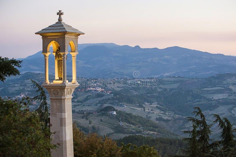 Vista panoramica a San Marino verso la fine della sera di estate fotografia stock