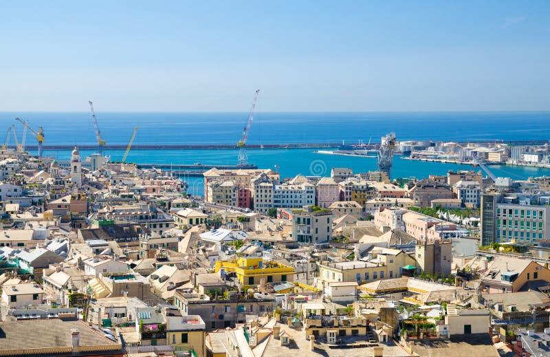 Vista panoramica scenica aerea superiore da sopra dei distretti quarti del vecchio centro storico della città europea Genova fotografie stock