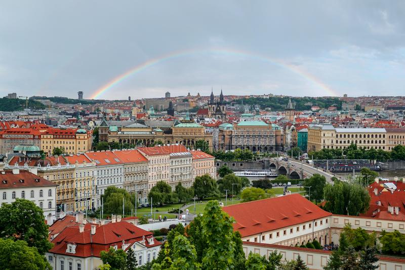 Vista panoramica scenica dei ponti sul fiume della Moldava e sul centro storico di Praga, repubblica Ceca fotografia stock
