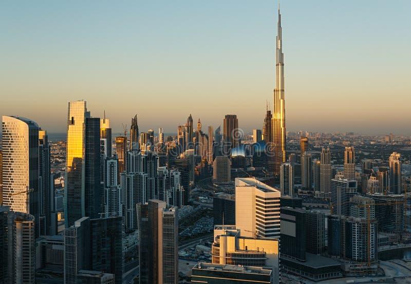 Vista panoramica scenica del Dubai del centro, UAE, al tramonto fotografia stock libera da diritti