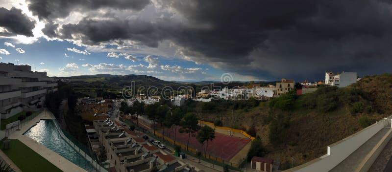 Vista panoramica sopra l'avvicinamento spagnolo di temporale di rappresentazione del villaggio immagine stock libera da diritti