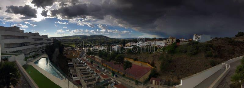 Vista panoramica sopra l'avvicinamento spagnolo di temporale di rappresentazione del villaggio immagine stock