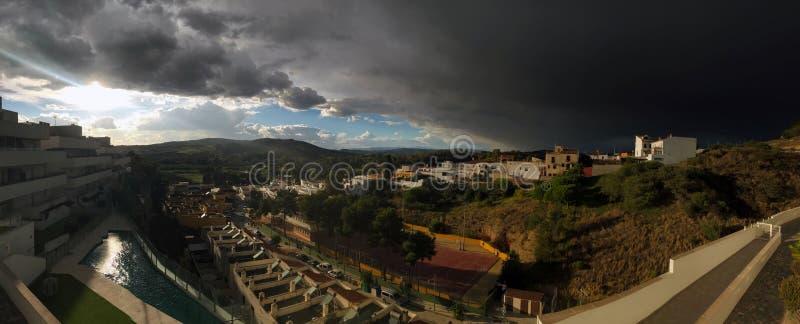 Vista panoramica sopra l'avvicinamento spagnolo di temporale di rappresentazione del villaggio fotografia stock libera da diritti