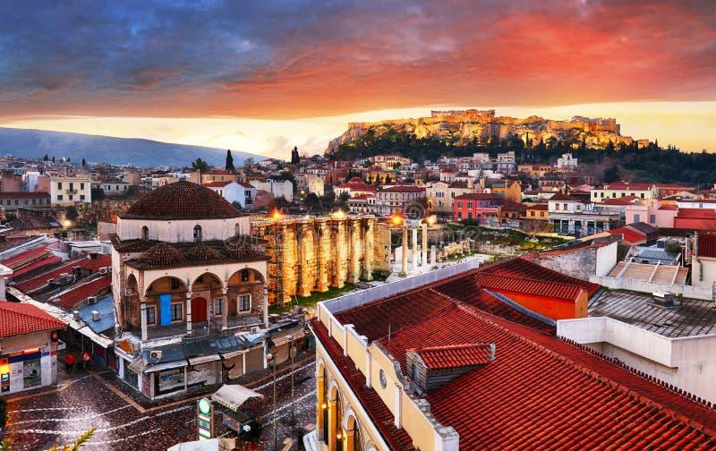 Vista panoramica sopra la vecchia città di Atene ed il tempio del Partenone dell'acropoli durante l'alba immagine stock