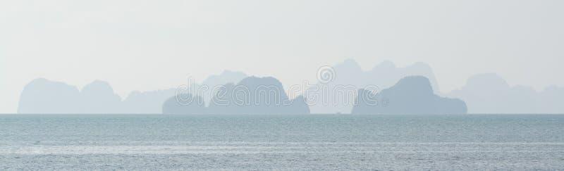 Vista panoramica sopra le isole nel mare vicino alla costa di Krabi, Tailandia immagini stock