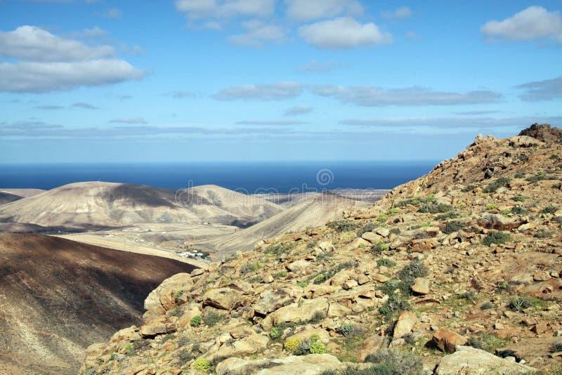 Vista panoramica sopra le montagne di Betancuria all'Oceano Atlantico, Fuerteventura, isole Canarie fotografia stock libera da diritti