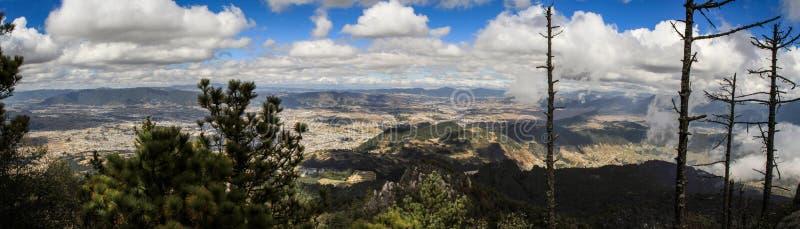 Vista panoramica su Quetzaltenango e le montagne intorno, dalla sommità di Cerro Quemado, Quetzaltenango, Altiplano, Guatemala fotografia stock libera da diritti