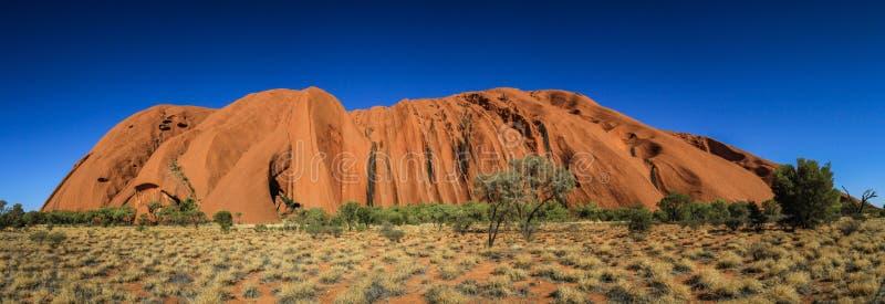 Vista panoramica su Uluru, o roccia di Ayers, un monolito massiccio dell'arenaria nel cuore del Territorio del Nord, Australia immagine stock libera da diritti