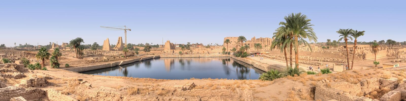 Vista panoramica sul lago sacro in Karnak immagini stock