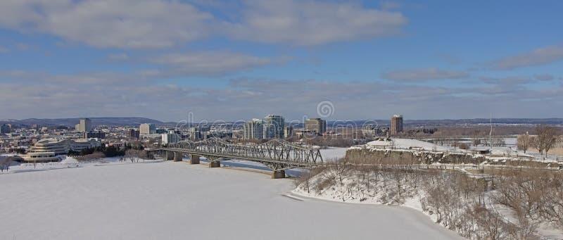 Vista panoramica sul ponte di Alexandra Interprovincial sopra il fiume congelato di Ottawa il giorno di inverno con neve fotografia stock libera da diritti