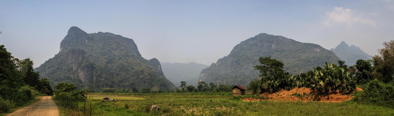 Vista panoramica sulla natura stupefacente e formazione carsica intorno al vieng del vang, provincia di Vientiane, Laos immagine stock libera da diritti