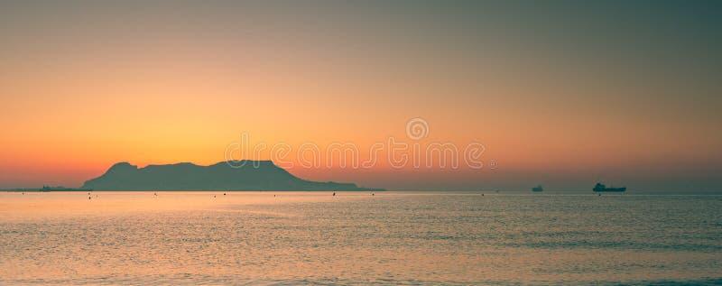 Vista panoramica sulla roccia di Gibilterra durante il tramonto e le navi intorno  immagini stock